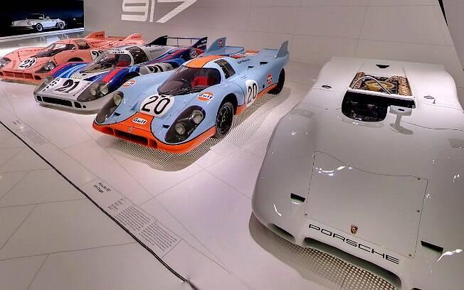 Interior do Museu da Porsche, em Stuttgart, na Alemanha