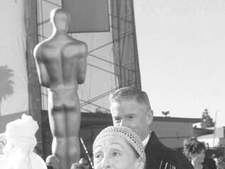 Luise Rainer arrives with her escort Roddy McDowell , background , for the 70th Acadmey Awards in Los Angeles , Monday , March 23 , 1998 Rainer is the first two time Oscar winner for Best Actress in 1936 and 1937 [ AP Photo/Kevork Djansezian ]