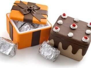 Bolo gelado em caixas decoradas: embrulhados um a um em papel especial
