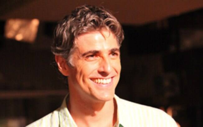 Reynaldo Gianecchini interpreta o Cadu, marido de Clara, que está desempregado e sonha em abrir um restaurante