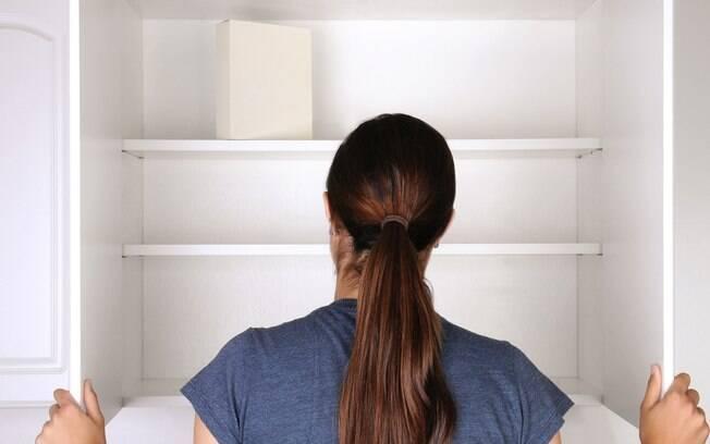 Os armários planejados ajudam a deixar os itens da casa mais organizados, por aproveitar melhor cada espaço disponível