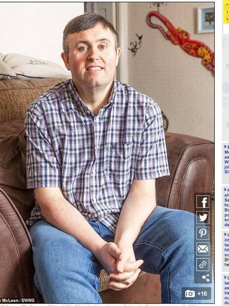 Craig, após emagrecer, sentado em uma poltrona