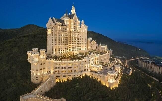 The Castle Hotel fica em Dalian, na China, e está próxima a uma das praças urbanas mais movimentadas do mundo