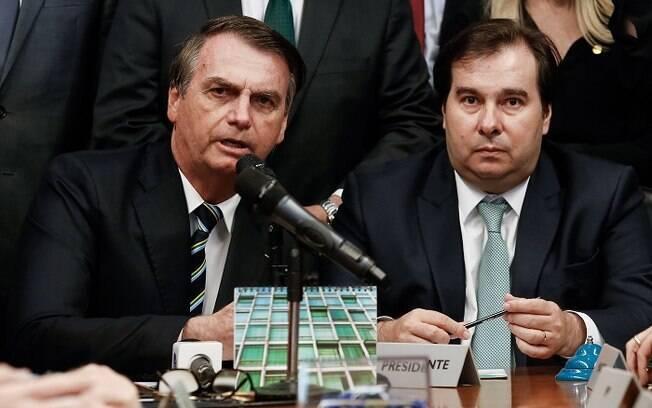 dois homens sentados lado a lado