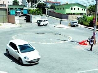 Atenção. Poste está localizado no encontro das ruas Gentil Portugal do Brasil e José Mota Costa, no bairro Camargos