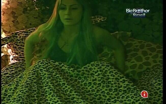 Mineira confidencia a Fael que quer que Rafa a esteja esperando fora do confinamento