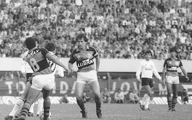 Zico em ação pelo Flamengo na década de 80