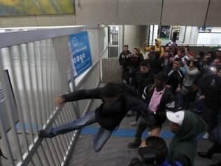 SP - GREVE/METRÔ/SP - CIDADES - A Estação Corinthians-Itaquera da CPTM, na zona leste   de São Paulo, que está fechada para embarque e   desembarque, foi invadida por passageiros exaltados   nesta quinta-feira (05). Enquanto durar a greve dos   metroviários a estação deve permanecer inoperante. Os   funcionários do Metrô rejeitaram a proposta de 8,7%   oferecida pela empresa, assim como o vale-refeição de R  $ 290 (hoje é de R$ 247). O TRT havia sugerido aumento   de 9,5% e R$ 320 de vale-refeição. Os metroviários   pedem reajuste de 16,5% e dizem que não voltam a   trabalhar se não houver uma oferta de ao menos 10%. O   Metrô tem cerca de 9,7 mil funcionários.    05/06/2014 - Foto: WERTHER SANTANA/ESTADÃO CONTEÚDO galeria
