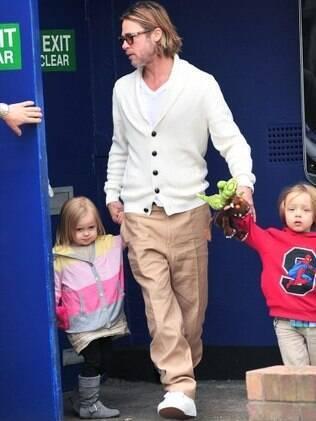 Brad Pitt com os gêmeos Knox e Vivienne: a cara do pai!