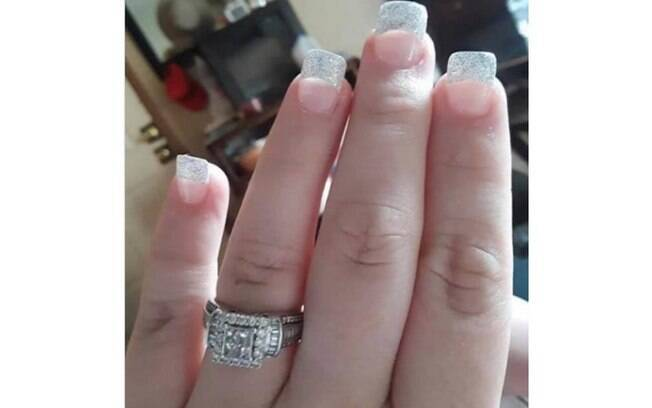 Foto de anel de noivado circula em grupos do Facebook, mas pessoas repararam nas unhas da mulher e fazem críticas