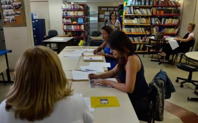 No Instituto Municipal Helena Antipoff, professoras aprendem o braille para promover a inclusão de crianças com deficiência na rede pública de ensino