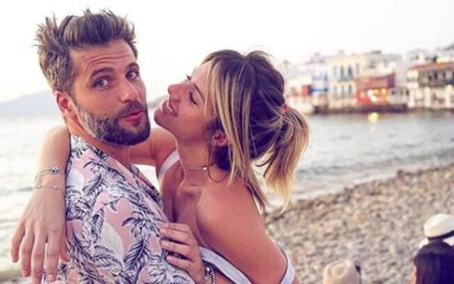 Giovanna Ewbank e Bruno Gagliasso em momento romântico nas redes sociais