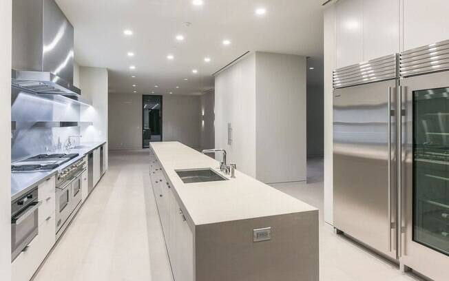 Os eletrodomésticos da cozinha, que é digna de chefs, também traz detalhes em aço inoxidável