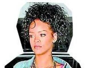 Rihanna combinou a clássica jaquetinha com tênis e camisola para ir ao desfile de Alta-Costura