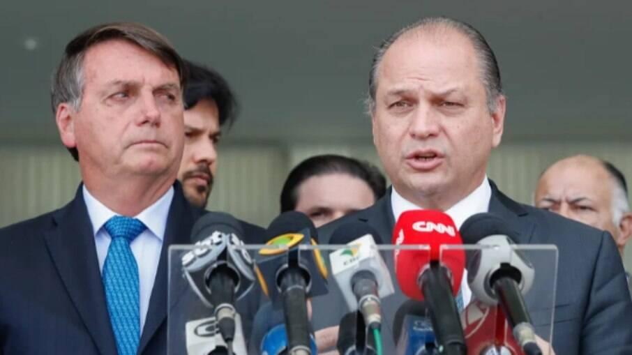 Presidente Jair Bolsonaro ao lado do deputado Ricardo Barros. O parlamentar seria o responsável por fazer lobby pela assinatura de um contrato fraudulento para a importação da vacina indiana Covaxin