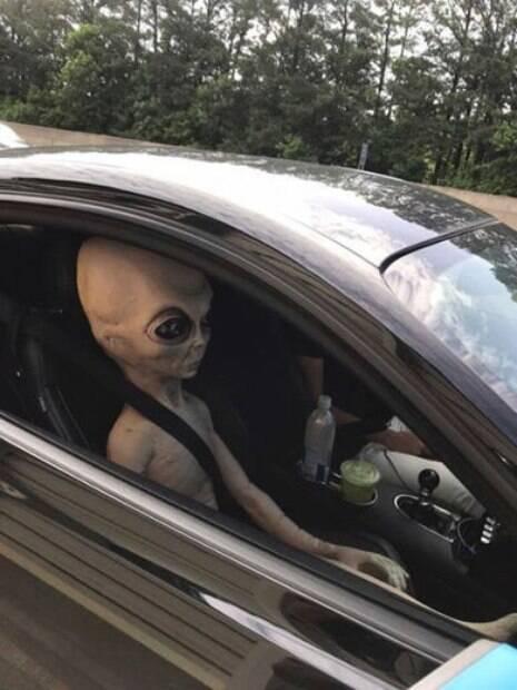 Homem foi flagrado dirigindo em alta velocidade com um alienígena no banco do passageiro