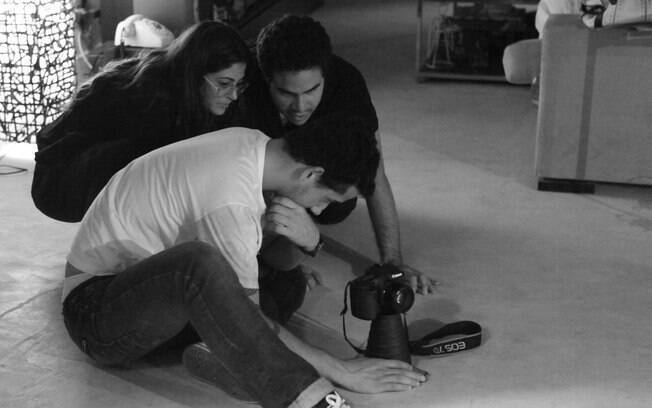 Carol Castro como assistente de direção do marido, o ator Marco Bravo