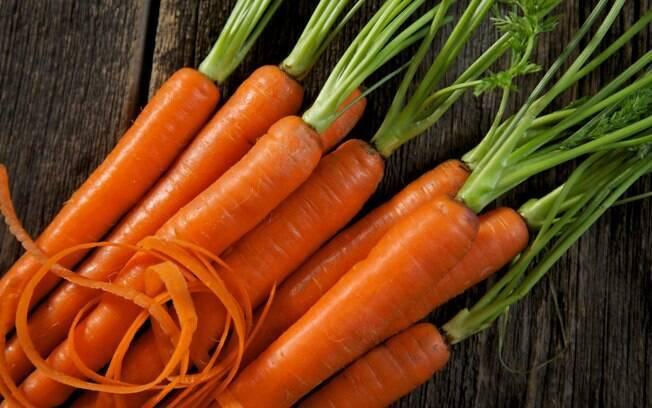 Prepare as cenouras inteiras para preservar mais nutrientes e sabor