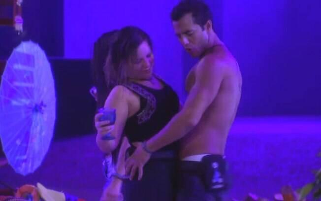 Matheus e Maria Cláudia curtem noite de festa juntos