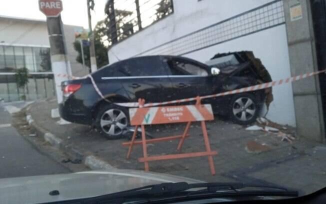 Emdec encontra carro batido em cruzamento no Guanabara, em Campinas
