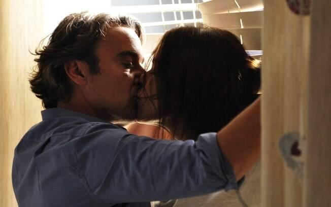 Cadinho (Alexandre Borges) beija a amante Alexia (Carolina Ferraz)