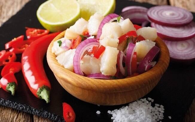 O ceviche de bacalhau é uma receita refrescante e varia o uso do peixe