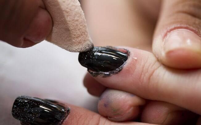 A técnica de aplicação do esmalte com esponja deve ser feita com cuidado