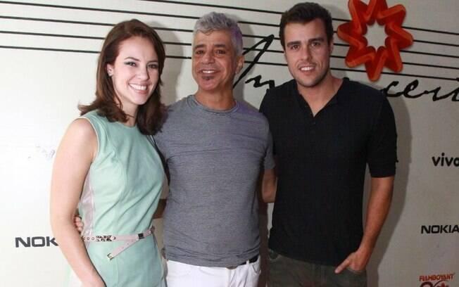 Paola Oliveira e Joaquim Lopes registram o momento ao lado da estrela da noite
