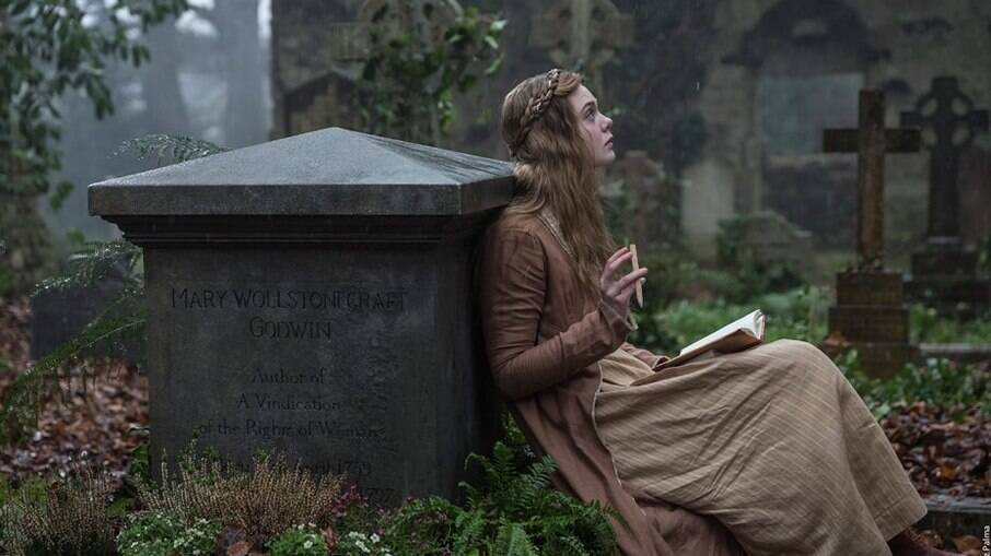 Elle Fanning interpreta Mary Shelley, autora que criou o Frankenstein