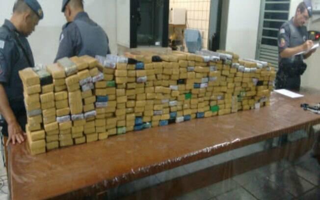 Policiais em meio aos 1.500 tabletes descobertos em município no interior paulista, nesta segunda