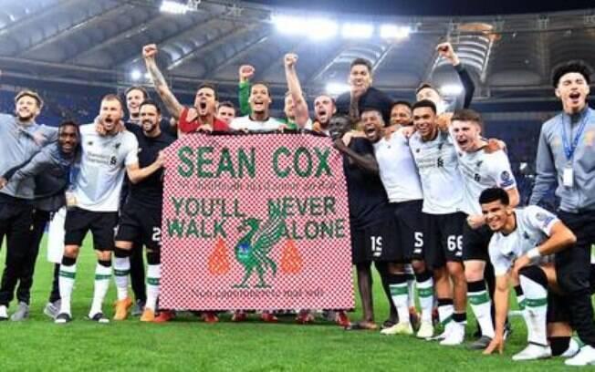 Torcedores do Liverpool lembraram do torcedor Sean Cox que foi vítima de agressão de hooligans da Roma