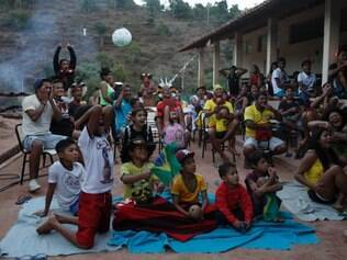 Índios pataxós assistem ao jogo da seleção contra a Colômbia