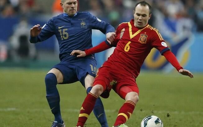 O francês Jallet tenta roubar a bola do  espanhol Iniesta. A espanha venceu por 1 a 0