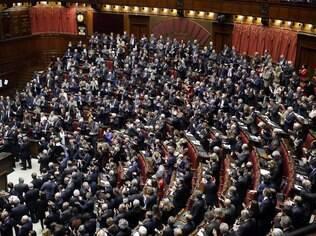Legisladores aplaudem a eleição do novo presidente da Itália Sergio Mattarella ao final da sessão de votação na câmara baixa, em Roma