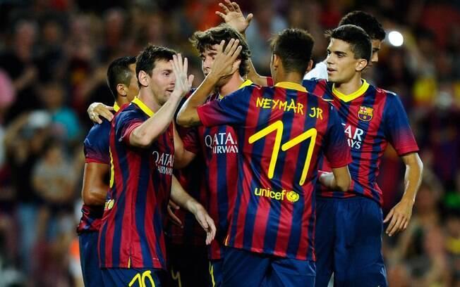 Neymar e Messi comemoram gol do Barcelona,  que venceu o Santos por 8 a 0