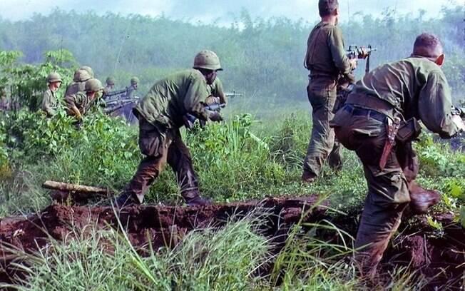 Tropas dos Estados Unidos em operação para ocupar base de artilharia de soldados do Vietnã