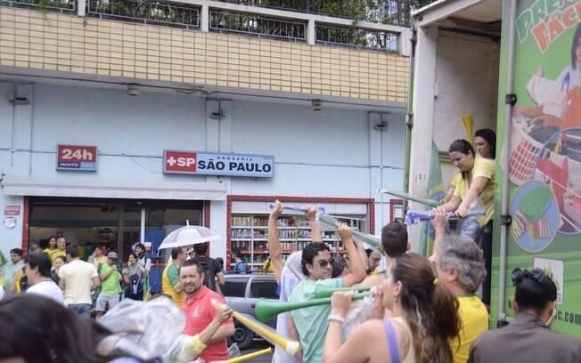 Vuvuzelas foram distribuídas pelos organizadores da manifestação em São Paulo. Foto: Alberto Wu/Futura Press