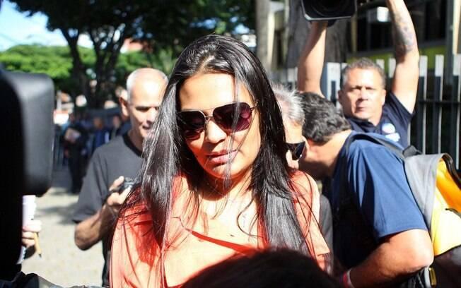 Mulher de Bruno, Ingrid Calheiros chega para o julgamento ao Fórum de Contagem (MG), nesta segunda-feira (4)