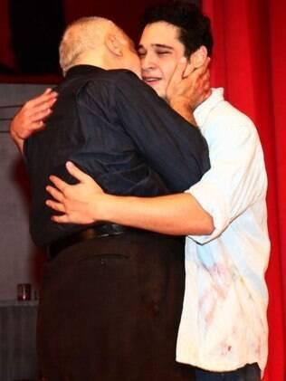 Emoção no palco: Antônio Fagundes beija o filho, Bruno