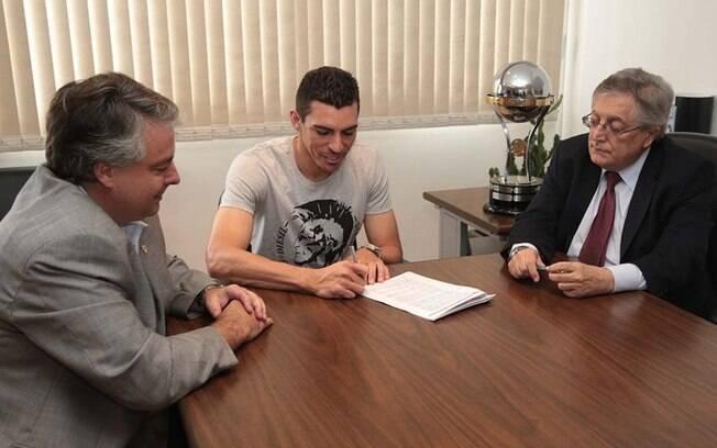 Ao lado do diretor de futebol Adalberto  Baptista e do vice-presidente João Paulo de Jesus  Lopes, Lúcio assina seu contrato com o São Paulo