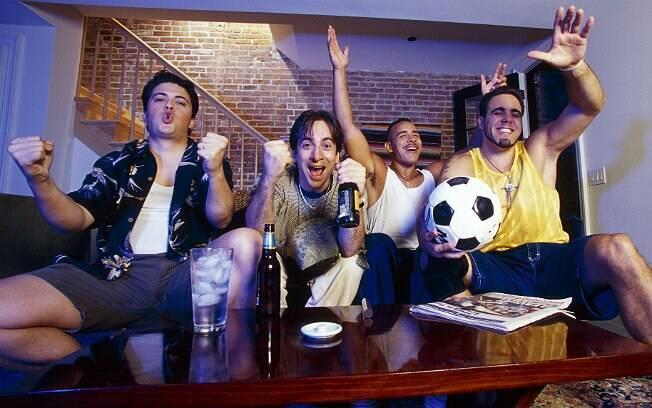 Beber demais, gritar com a TV e só falar de futebol: atitudes na companhia dos amigos que elas não gostam