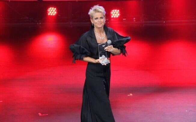 Xuxa se emociona ao ser homenageada por sua carreira na televisão