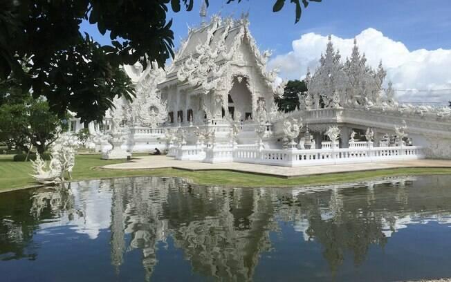 A entrada do White Temple, templo budista localizado na Tailândia