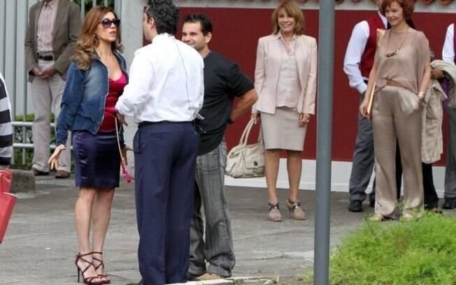 Christiane Torloni passa cena com Alexandre Nero e os atores são observados por Renata Sorrah e Julia Lemmertz