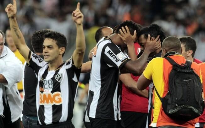 O volante Josué comemora o segundo título de  Copa Libertadores de sua carreira