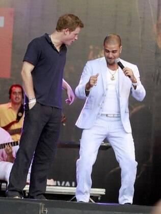 Em cima do palco, Diogo Nogueira ensinou passinhos de dança para o príncipe Harry