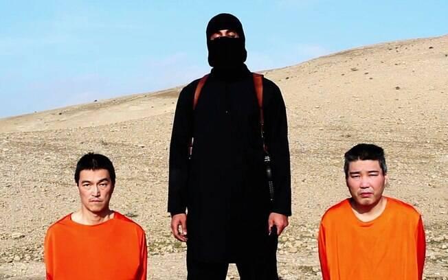 Imagem obtida por meio de vídeo do Estado Islâmico mostra o japonês Haruna Yukawa (à dir.), que foi decapitado em 24 de janeiro. Ele foi à Síria por ser fascinado por guerras