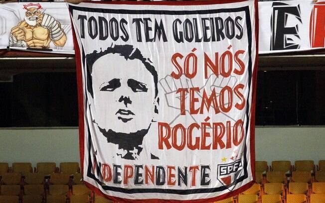 Torcida do São Paulo homenageia Rogério Ceni  com faixa no Morumbi