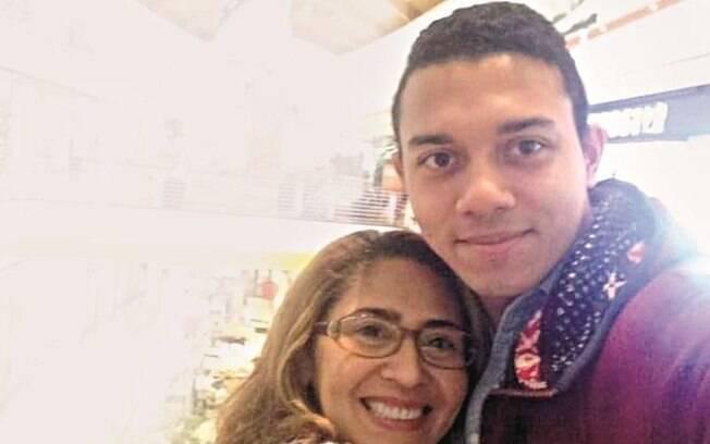 Lucas Paulo ao lado da mãe, Teresa, assassinada por ele com 20 golpes de faca