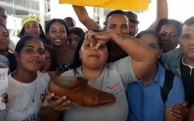 Chavistas exibiram sapato de jornalista como troféu após ataque a Juan Guaidó